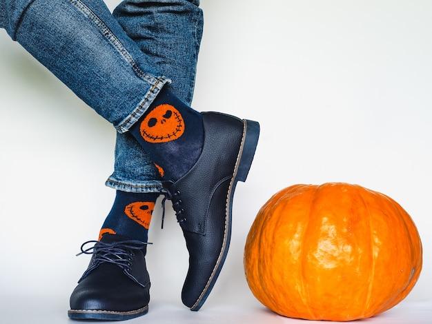 Gambe da uomo, scarpe alla moda e calze luminose