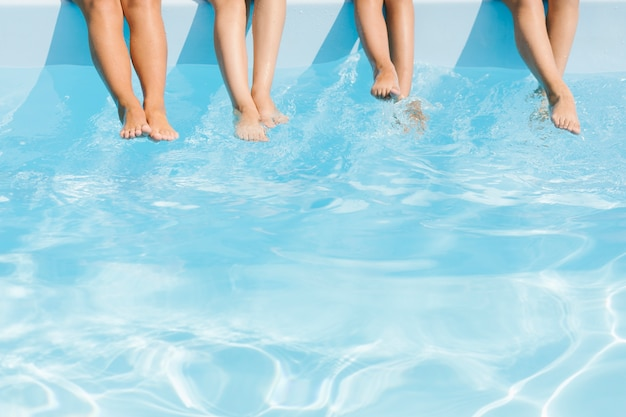 Gambe dei bambini su acqua cristallina