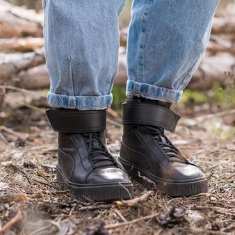 Gambe della donna del primo piano in natura
