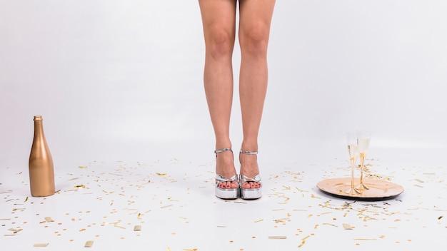 Gambe della ragazza alla festa di capodanno