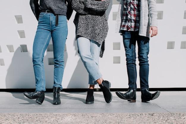 Gambe di amici che indossano jeans