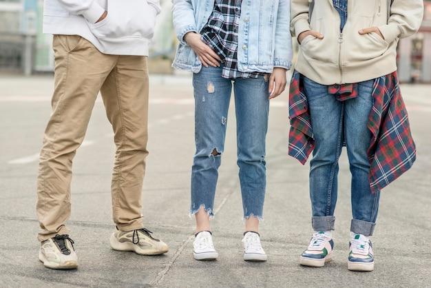 Gambe di amici di primo piano