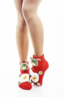 Gambe di donna in calze rosse