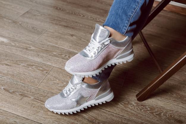 Gambe di donna in scarpe da ginnastica