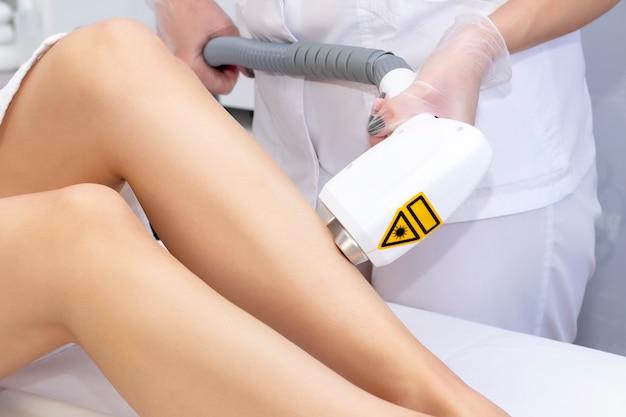 Gambe di epilazione laser. epilazione laser e cosmetologia. procedura di cosmetologia per la depilazione. epilazione laser e cosmetologia. concetto di cosmetologia e spa