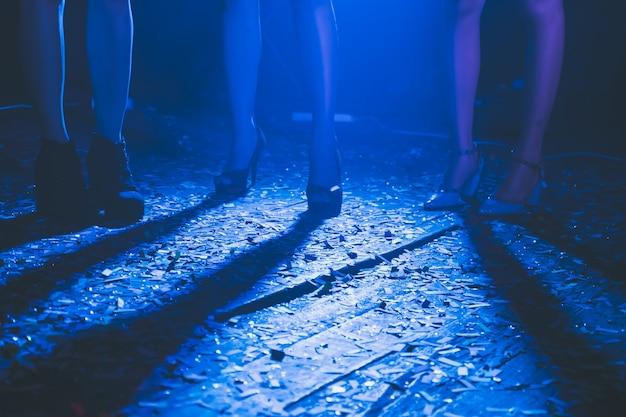 Gambe di gente che balla alla festa.