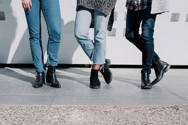 Gambe di persone che indossano jeans