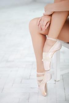 Gambe di una ballerina su bianco