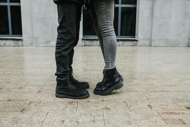 Gambe di una ragazza e un ragazzo per la strada, romanticismo