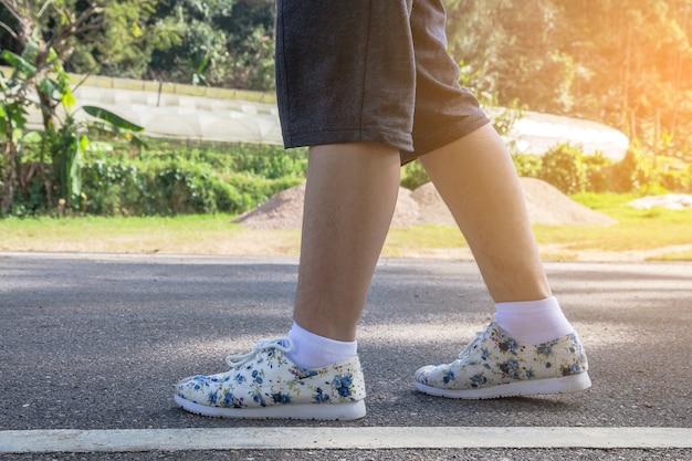 Gambe e piedi, la donna che passeggia nella natura si rilassa in tour