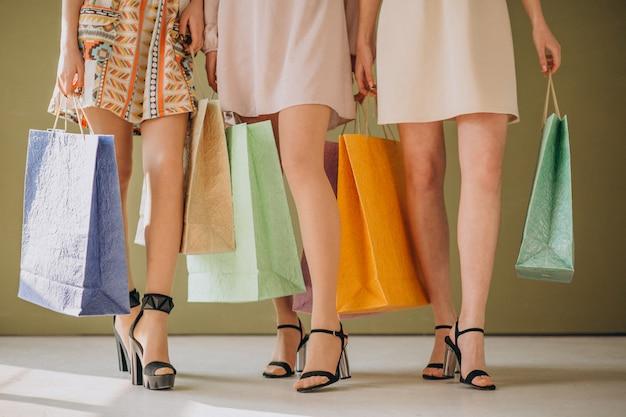Gambe femminili con borse della spesa
