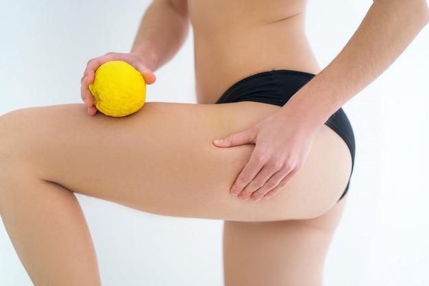 Gambe femminili con cellulite. problema di trattamento e prevenzione pelle del corpo. pelle salute