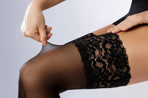 Gambe femminili in calze nere
