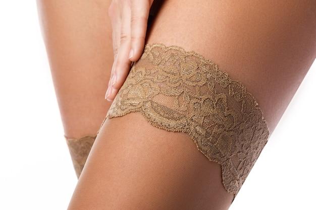 Gambe femminili in calze nude