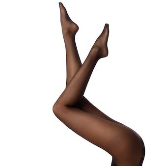 Gambe femminili in collant nero