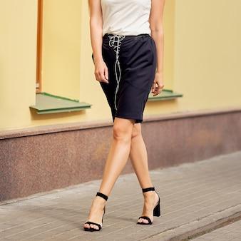 Gambe femminili in pantaloncini