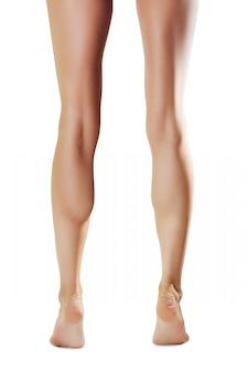 Gambe femminili nude in punta di piedi, punto di vista posteriore