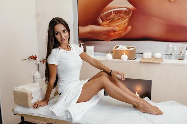 Gambe lunghe della donna isolate su bianco. depilazione