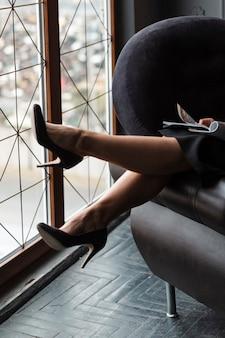 Gambe moderne della donna del primo piano
