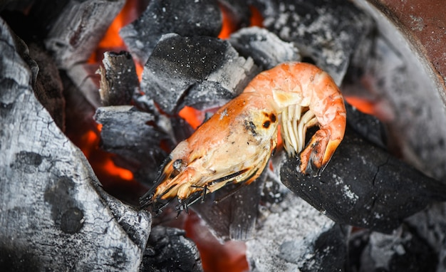 Gamberetti alla griglia barbecue di pesce su carbone gamberetti gamberi cotti bruciati
