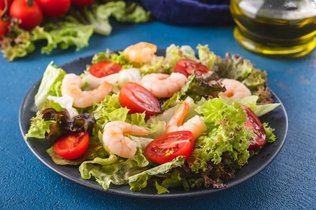 Gamberetti deliziosi dell'insalata dei frutti di mare ed insalata della verdura fresca. alimenti sani e dietetici.