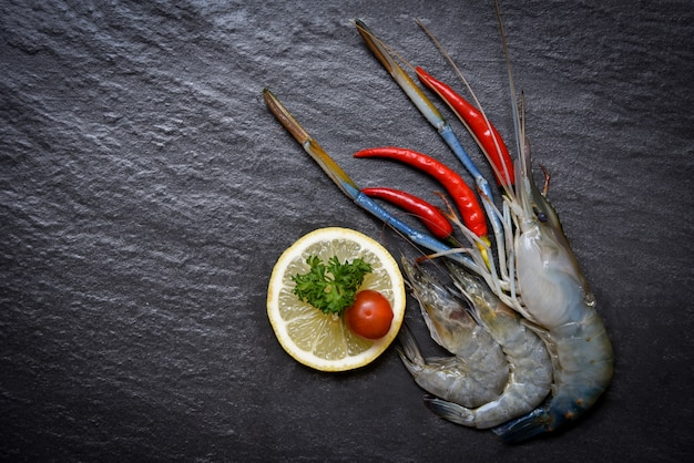 Gamberetti frutti di mare crostacei gamberoni freschi gamberetti crudi oceanici con limone pomodoro e peperoncino