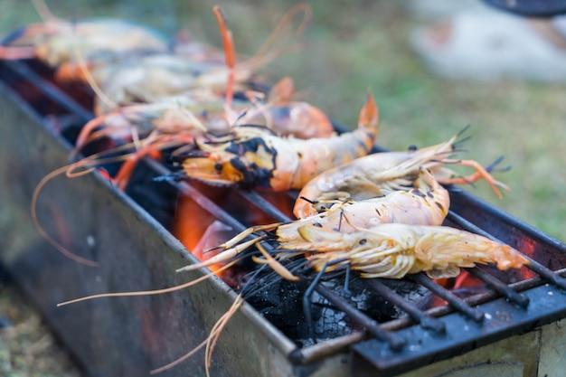 Gamberetti grigliate di pesce alla griglia sul fornello