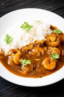 Gamberetti in salsa al curry su riso