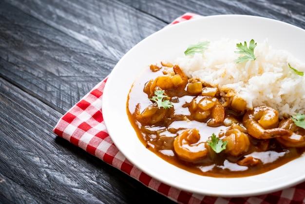 Gamberetti in salsa di curry su riso
