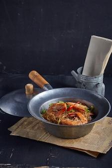 Gamberetti in vaso con vermicelli.