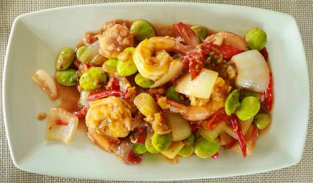Gamberetti saltati in padella con fagioli puzzolenti e pasta di gamberi cucina tailandese