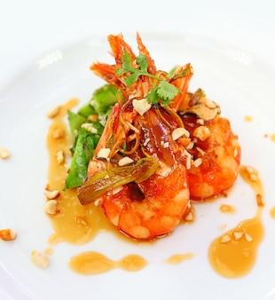 Gamberetti saltati in padella con peperoncino. cibo fusion