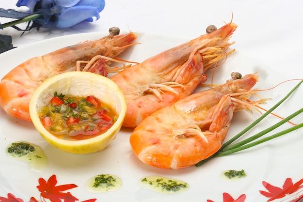 Gamberetto alla griglia con salsa asiatica close-up, presentazione tropicale.