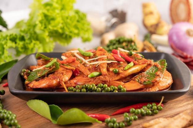 Gamberetto di chuchi su un piatto con i semi di pepe freschi