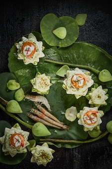 Gamberi al curry al vapore in loto.