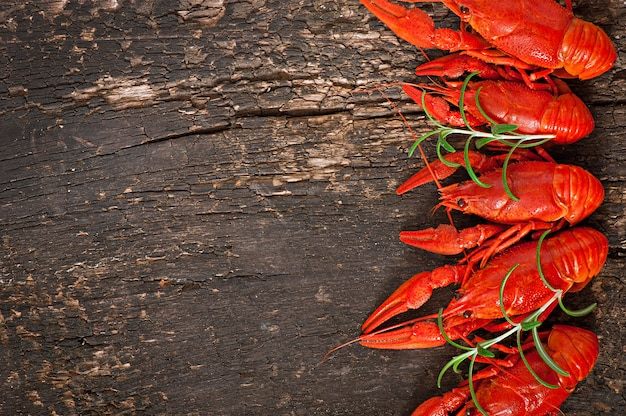 Gamberi bolliti freschi sulla vecchia superficie di legno