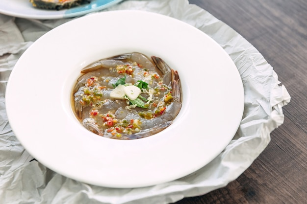 Gamberi crudi fermentati con salsa di pesce con aglio e peperoncino freschi.
