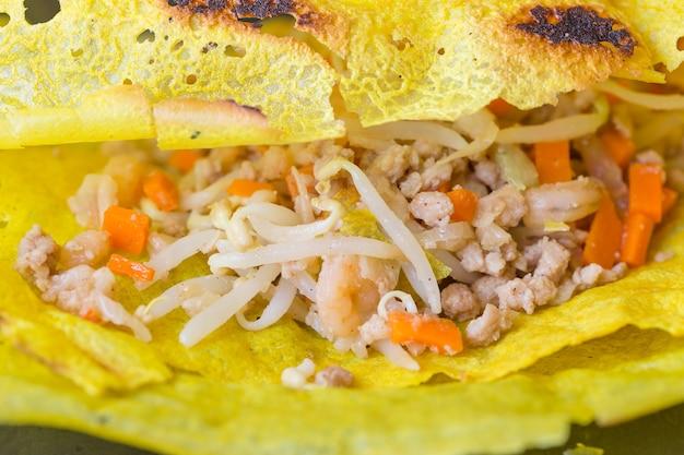 Gamberi di maiale carot e germogli di condimento in frittura di uova. cibo vietnamita,