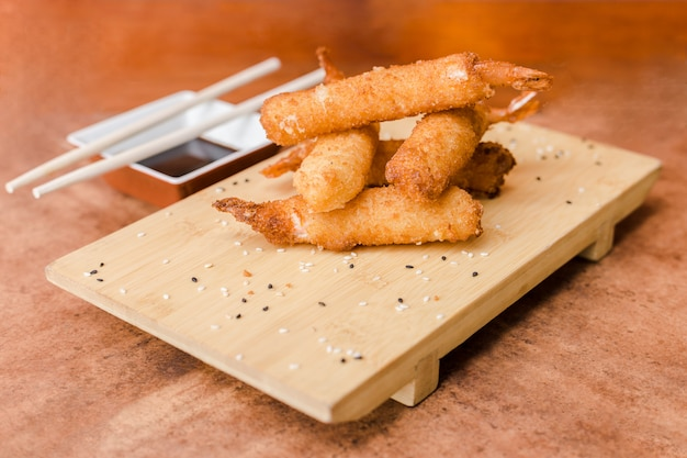 Gamberi fritti con salsa di soia su un tavolo di legno