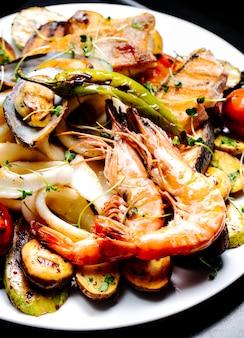 Gamberi fritti e ostriche con insalata di verdure ed erbe