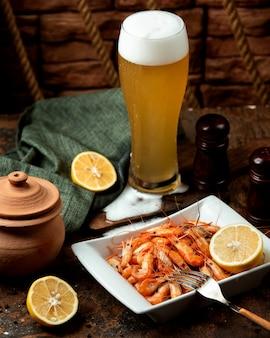 Gamberi fritti serviti con birra