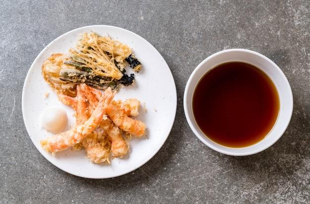 Gamberi fritti tempura di gamberi fritti con verdure