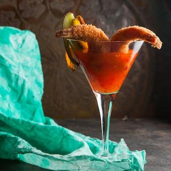 Gamberi in pastella con salsa piccante e straccio in un bicchiere da cocktail