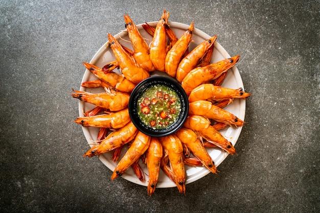 Gamberi salati al forno o gamberi con salsa piccante ai frutti di mare