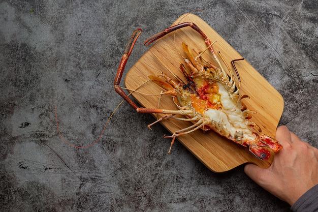 Gamberoni alla griglia e pronti da mangiare decorati con splendidi contorni.