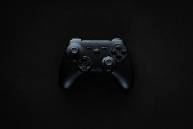 Gamepad su un tavolo nero con texture