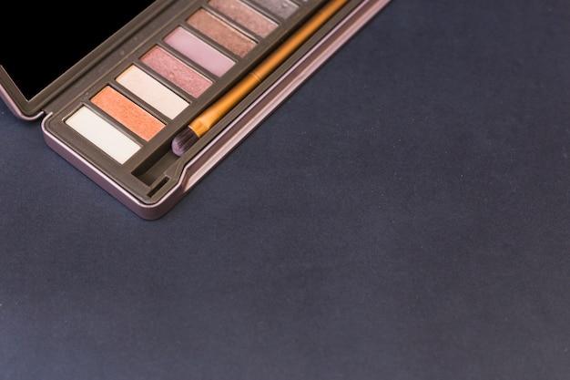 Gamma di colori dell'ombretto con la spazzola su priorità bassa nera