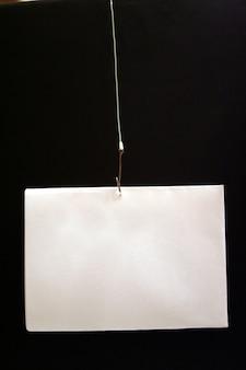 Gancio da pesca con filo e carta