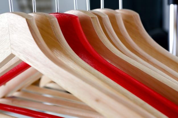 Gancio rosso e di legno che appende sul metallo