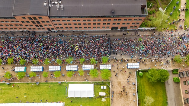 Gara podistica maratona, veduta aerea di partenza e traguardo con molti corridori dall'alto, corse su strada, competizione sportiva, maratona di copenaghen, danimarca